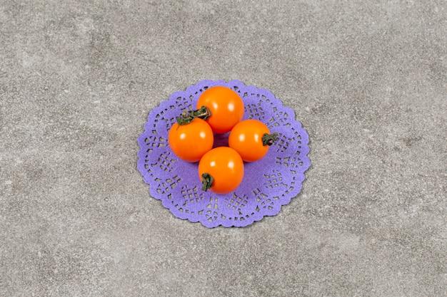 有機イエローチェリートマトのクローズアップ写真。