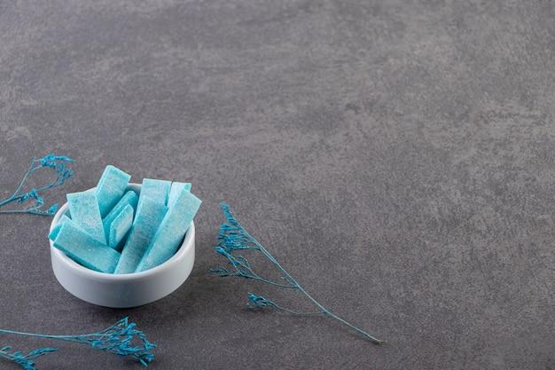 회색 배경에 파란색 그릇 더미의 사진을 닫습니다.