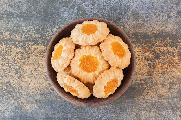 나무 그릇에 잼 쿠키 더미의 사진을 닫습니다