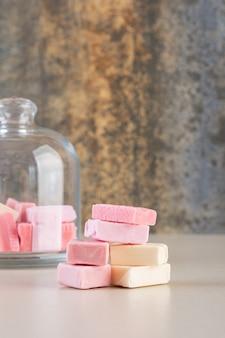 ピンクと黄色の歯茎の写真をクローズアップ。