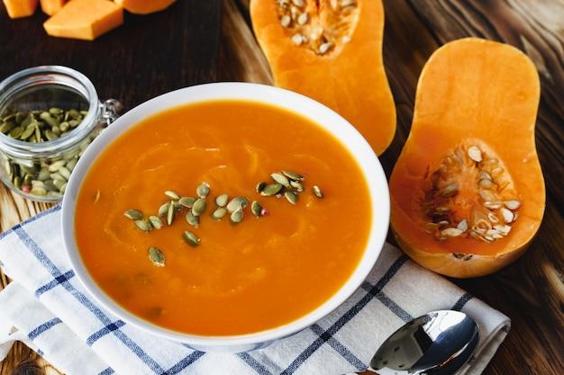 カボチャの種を使ったピューレのカボチャスープのクローズアップ写真