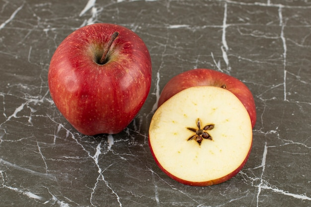 赤いリンゴの写真をクローズアップ。全体とスライス。
