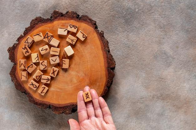 ルーン文字、占い、魔法のシンボルのクローズアップ写真。木製の手作り、スカンジナビアの古代アルファベット
