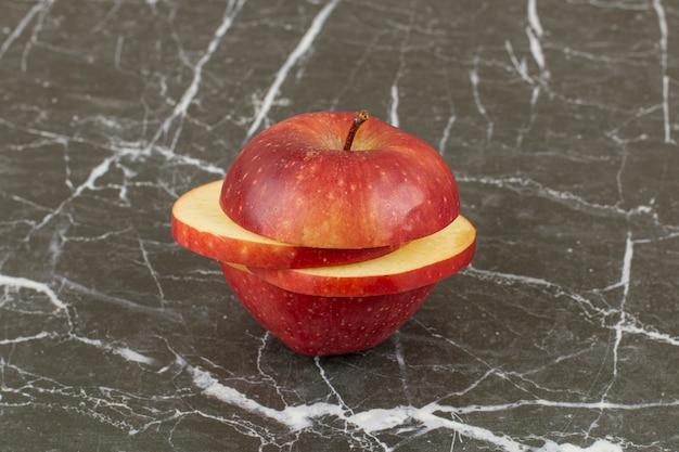 スライスした新鮮な赤いリンゴの写真をクローズアップ。