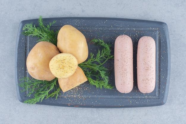 スパイシーな茹でたジャガイモとソーセージのクローズアップ写真