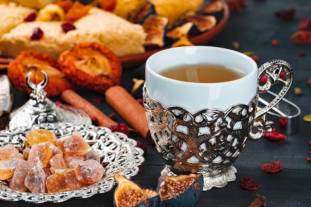 Крупным планом фото турецких национальных десертов с чашкой кофе