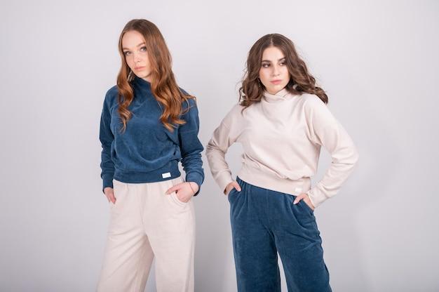 Крупным планом фото двух молодых женщин позирует