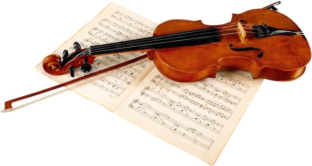 Крупным планом фото скрипки и музыкальных нот, изолированные на белом