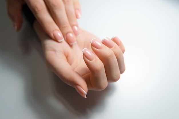 美しい爪、治療の概念を持つ女性の手の写真を閉じる