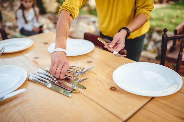 Крупным планом фото женщины, держащей столовые приборы