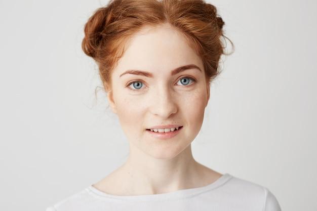 Закройте вверх по фото молодой красивой девушки redhead с усмехаться плюшек.
