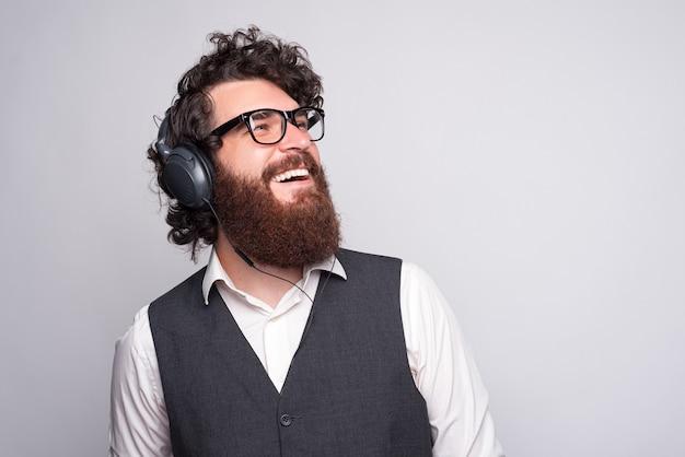 Закройте вверх по фото молодого бизнесмена в наушниках и прослушивании музыки. время отдыха.