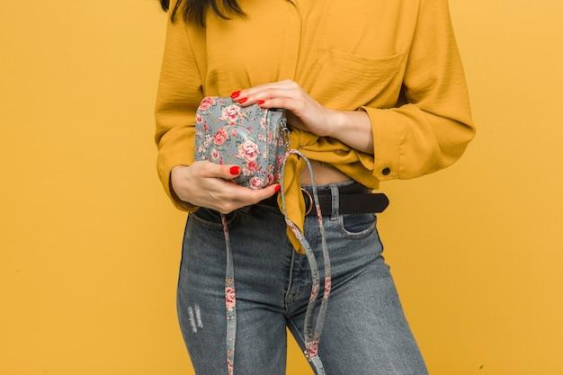 若い女性のクローズアップ写真は彼女の財布を保持します