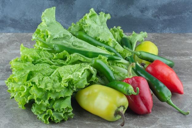 Foto ravvicinata di verdure biologiche. foglie di lattuga con peperoni.