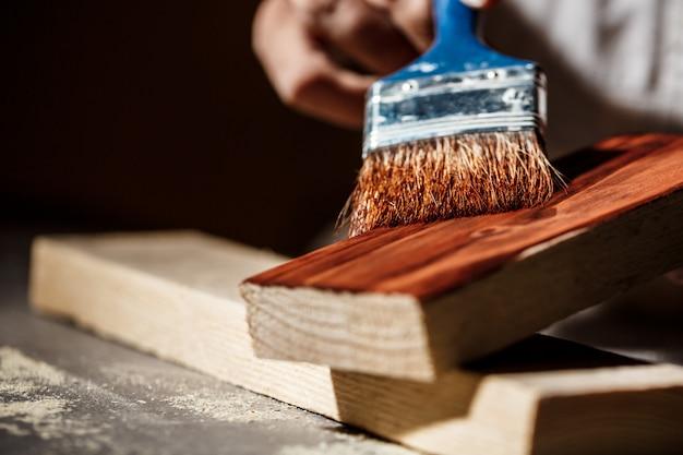 Chiuda sulla foto del legno della pittura nel colore marrone.