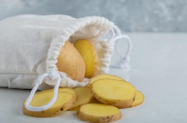 Primo piano foto di patate a fette o intere e peperoncino.