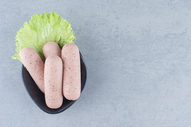 Primo piano foto di salsiccia bollita piccante.
