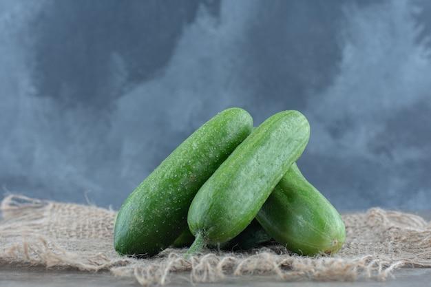 Chiuda sulla foto della pila di cetriolo organico verde.
