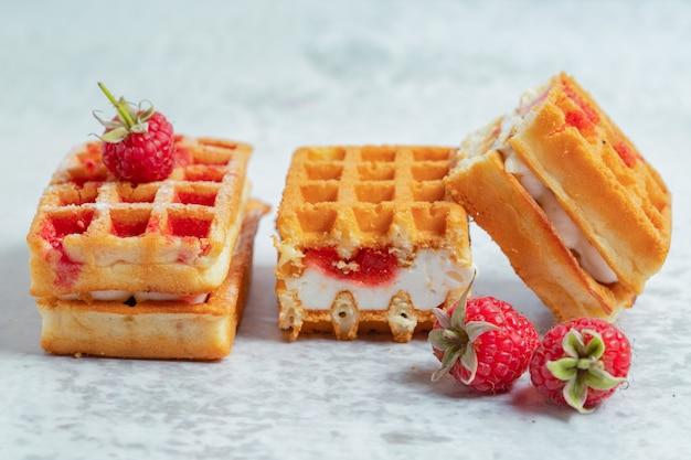 Foto ravvicinata di tre fette di waffle sulla superficie grigia.