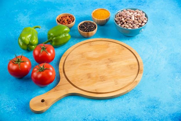 Foto ravvicinata di verdure e spezie con fagioli.