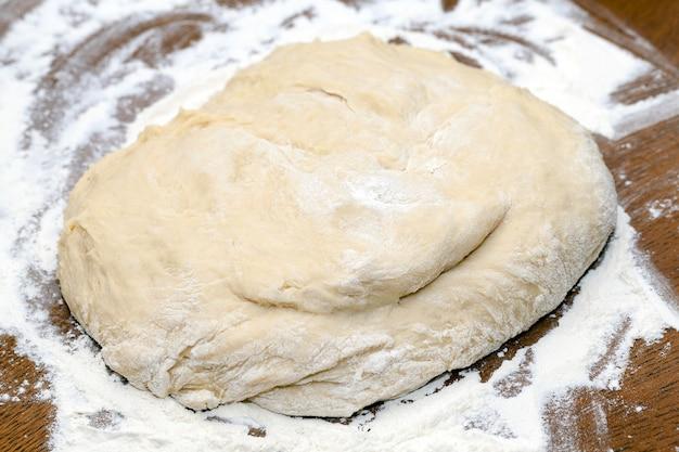 Крупным планом сфотографировали тесто для выпечки торта в домашних условиях