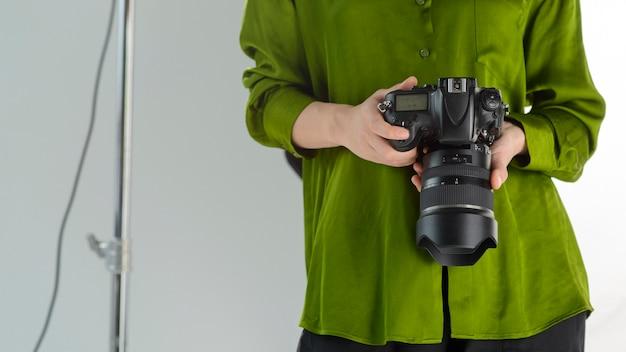 Крупным планом фотограф с фотоаппаратом