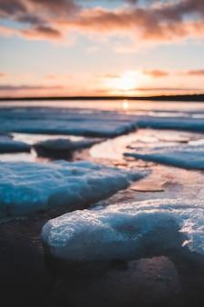 海の波のクローズアップ写真