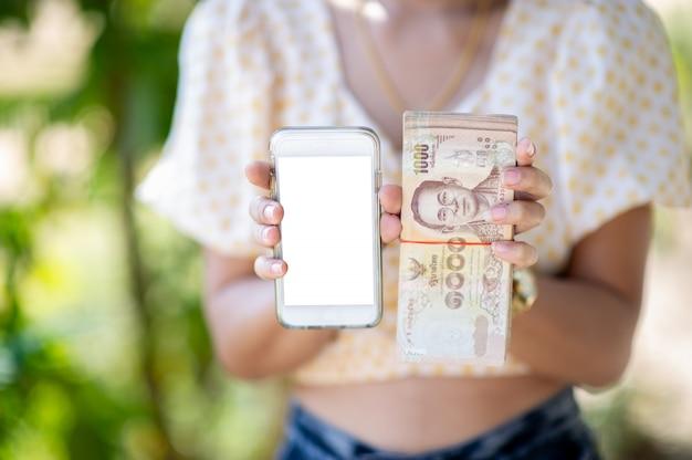 ビジネスや外貨の購入に使用されるクローズアップ写真と銀行カード。手とお金の概念
