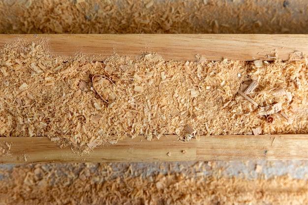 Закройте кусок дерева от плотника в ремесленной мебели