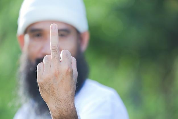 Immagine ravvicinata del dito medio del ragazzo