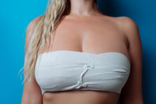 Крупным планом фото больших сисек в повязке после операции по увеличению размера сексуальной повязки