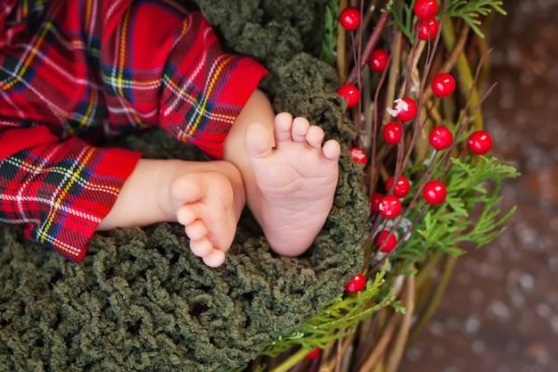 生まれたばかりの赤ちゃんの足、クリスマスの時期の写真を閉じる