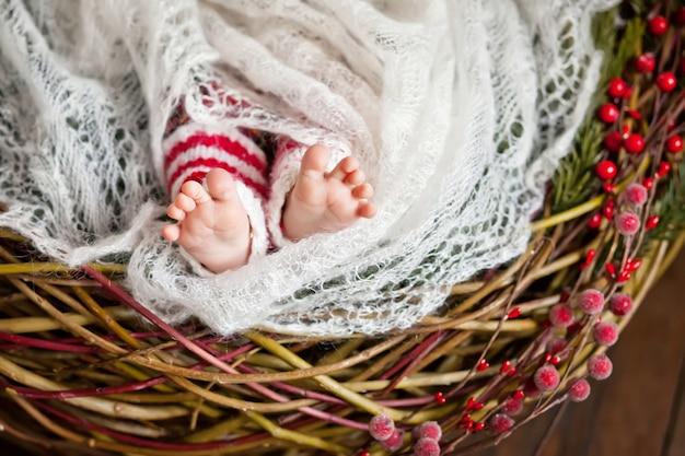 生まれたばかりの赤ちゃんの足のクローズアップ写真