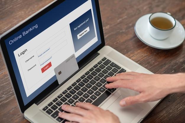 Крупным планом фото, на котором кто-то платит онлайн картой