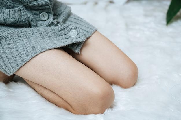 침대에 여자의 다리의 사진을 닫습니다