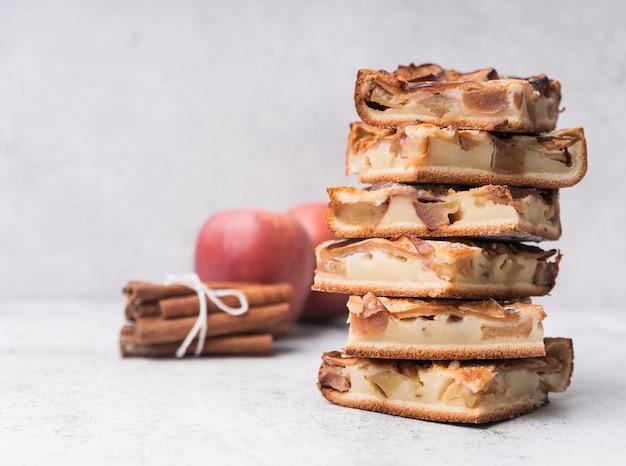 Крупным планом кучу кусочков торта и яблок