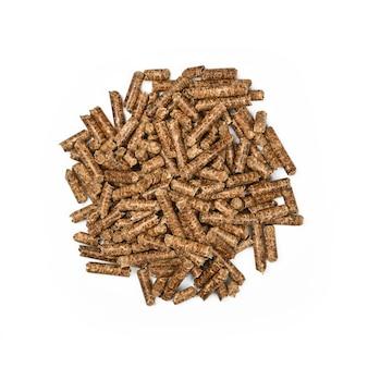 Крупным планом кучу гранул из твердых пород древесины для курения и приготовления натуральных продуктов, изолированные на белом фоне