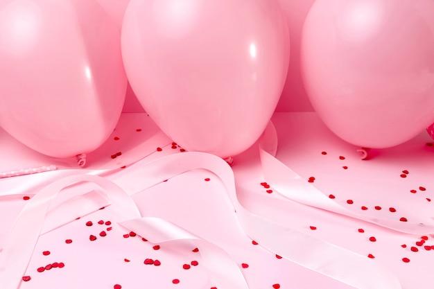 テーブルの上のクローズアップのピンクの風船