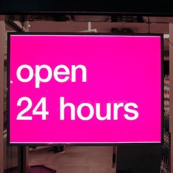 Крупным планом розовый знак открыт 24 часа