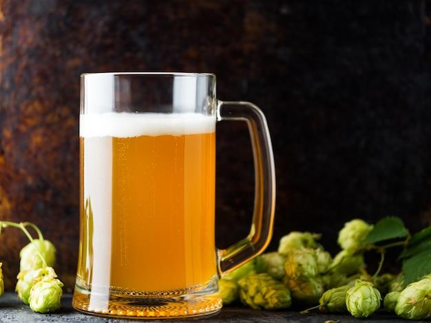 ろ過されていない小麦ビールのパイントマグカップを閉じる