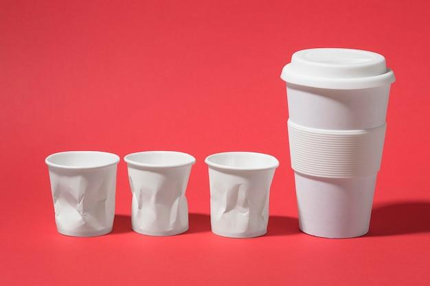 Bicchieri di plastica del primo piano con tazza riutilizzabile