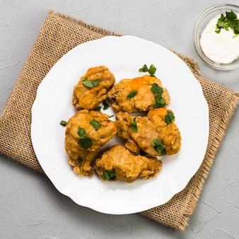 치킨 너겟과 근접 접시