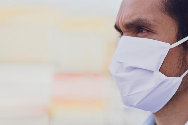 Close up азиатская маска для лица защищает вирус короны, pm2.5 для новой концепции социальной дистанции нормальной жизни