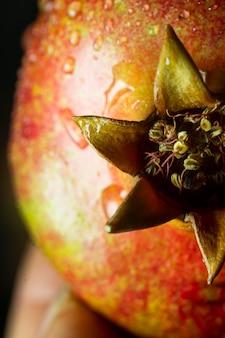 水滴とクローズアップのpomergranateフルーツ