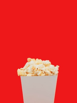 Scatola di popcorn close-up con spazio di copia
