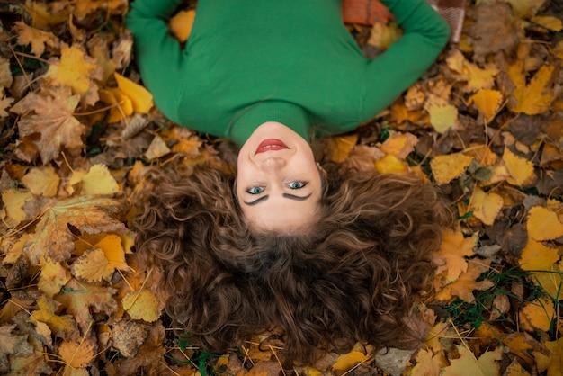 クローズアップ肖像魅力的なかわいい素敵な女の子を着て暖かい快適なプルオーバー