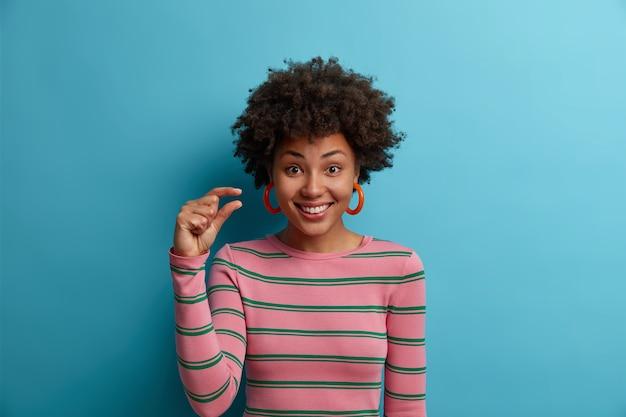 Primo piano ritratto di una giovane donna attraente isolata Foto Gratuite