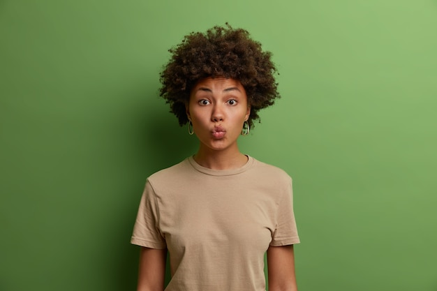 Primo piano ritratto di una giovane donna attraente isolata