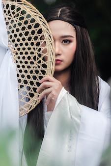초상화 아름 다운 중국 여자 흰 드레스 전통을 닫습니다