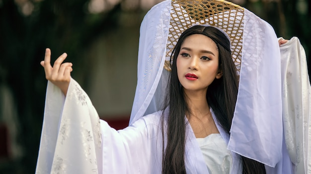 Крупным планом портрет красивое китаянка белое платье традиционное
